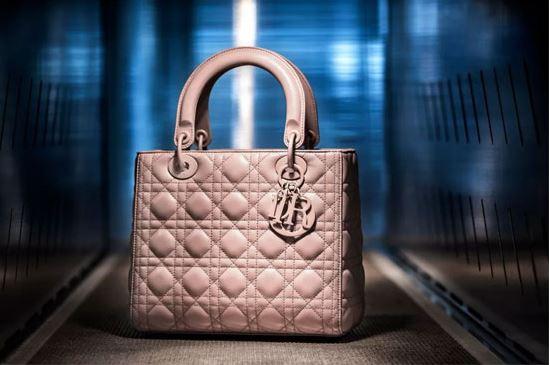 "DIOR迪奥LADY Dior手袋不仅是品牌无尽灵感的来源之一,也是迪奥精湛工艺的展现,彰显无尽诗意和高贵气质。  LADY Dior手袋由意大利皮具工坊打造而成。完美的皮革是手袋制作的关键,因此工匠在甄选皮革时,严格遵循每个步骤去检验审核。LADY Dior手袋标志性的藤格纹图案以精密无暇的缝制技艺打造而成,每一处皆是工匠心血体现。  由工匠巧手从木质模具中脱模定型,呈现出手袋的独特个性,彰显迪奥匠心工艺不可替代的价值。正如迪奥先生(CHRISTIAN Dior)所说,""人的双手创造出的诗意和生命,是任何机器都无法替代的。"""