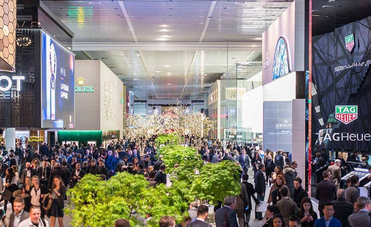 """路威酩轩集团(LVMH)确认,将携旗下品牌BVLGARI宝格丽、Hublot宇舶表、TAG Heuer泰格豪雅和Zenith真力时参加2020年巴塞尔国际钟表珠宝展(Baselworld 2020),这四个品牌也将继续占据一号馆入口处的四个大型展位。百达翡丽和劳力士也已确认明年将继续参展,劳力士甚至表示将进一步扩张,预计帝舵表将占用百年灵腾出的空间。  """"今天,我们与BVLGARI宝格丽、Hublot宇舶表、TAG Heuer泰格豪雅和Zenith真力时做出共同决定,确认参展Baselworld 2020。Baselworld是瑞士制表行业的一大盛事,我们支持Michel Loris-Melikoff及其团队重新定义和更新活动概念的项目,""""LVMH集团制表部门及TAG Heuer泰格豪雅首席执行官Stéphane Bianchi表示,""""我们的讨论和将要实施的变革,将使我们能够在Baselworld 2020后重新评估未来参与情况。""""  LVMH集团旗下品牌将保持现有的位置,并在2020年使用相同的展位。至于2021年和随后的年份,Baselworld正与LVMH集团及其旗下品牌合作,开发全新展示概念和形式。  """"我们很高兴能够在2020年再次与LVMH集团及BVLGARI宝格丽、Hublot宇舶表、TAG Heuer泰格豪雅和Zenith真力时品牌合作,共同塑造Baselworld的未来,""""Baselworld董事总经理Michel Loris-Melikoff表示,""""Baselworld将支持LVMH集团旗下的每个品牌,设计创新展览形式。全新形式的目的在于让每个品牌都能展现创造力,并提供非凡的品牌浸入式体验。""""  具有大型音乐节组织经验的Loris-Melikoff先生,被证明是主要制表品牌值得信赖的合作伙伴,品牌们似乎都很认同他的合作态度,以及振兴展会的愿景。""""这是一个创造性的、完全开放的过程,没有任何约束或思想限制,我们同舟共济,""""Loris-Melikoff先生说道,""""体验平台的概念正是如此:让品牌能够灵活地向不同目标受众展示自我。"""""""