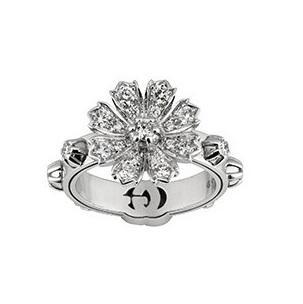 Gucci古驰一向风格独具,Gucci Flora系列并未只从花朵柔美的一面着手,而是更多的突出和保留了花儿的野性之美。全新作品延用了品牌颇为有名的花卉图案,打造出了手链、项链、戒指和耳饰等多款类型。此前,这一系列镶嵌钻石的作品并不多见,更多的是以珐琅和彩宝来表现花朵的色彩,这一次Gucci却彩用18K白金镶钻,酷雅的同时在闪耀度方面更加出彩。  亮点作品包括两条项链和两款手链,Gucci在链条的设计上便十分细腻,18K白金的链条上链结环环相扣的同时,也将珍珠和白金圆环融入其中,无论是钻石闪耀的光芒还是珍珠柔美的光晕,都为盛情绽放的花朵添加了几分高贵感。锁扣处以标志性的双G Logo加持,彰显个性的同时也极具品牌辨识度。  不对称的造型也是当下很受欢迎的款式,Gucci Flora系列中就有不少新作品以不对称的设计展现出Gucci的个性之美。新款戒指中有一款指间戒,一端点缀双G标识,另一端则呈现出镶钻花朵,耳环则有三款设计可选,均以不对称的造型将花卉元素和双G标识巧妙融合。